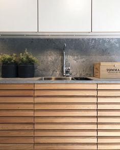 """🌱 N o r d i c S p i r i t 🌱 Med Nordic Spirit kan du få ett nordiskt kök som är byggt med naturlig, massiv ek. De vackra eklamellerna handsorteras för att garantera att hela köket får ett enhetligt och harmoniskt utseende. Här är luckan kombinerad med den fantastiskt fina kompositstenen """"Rugged Concrete"""" från Caesarstone. 👌🏼 Välkommen in i vår utställning för en närmare titt! 😍 • • • • #danishdesign #danskdesign #danishkitchen #hth #kitchenlife #kitchen #kitcheninspo #kitchenideas… Concrete Kitchen, Kitchen Cabinets, Rugs, Kitchen Ideas, House, Home Decor, Modern, Farmhouse Rugs, Decoration Home"""