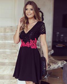 """""""Para inspirar o final de semana!! Vestido @strass_oficial preto de renda com detalhe pink para dar aquele charme! • #outonoinverno #parainspirar…"""""""