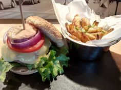 Homemade Cheeseburger and healthy oven baked Fries Oven Baked Fries, Homemade Cheeseburgers, Hamburger, Food And Drink, Baking, Healthy, Ethnic Recipes, Ideas, Patisserie