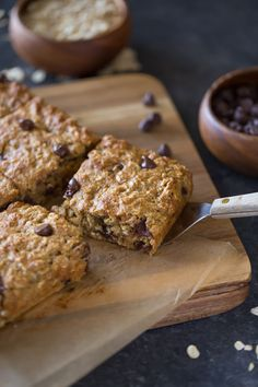 Kodiak Whole Wheat Oatmeal Chocolate Chip Snack Bars - Perfect for a quick and healthy breakfast, packing lunch boxes, or afternoon snacks. Healthy Afternoon Snacks, Healthy Sweets, Healthy Snacks, Kodiak Cake Muffins, Kodiak Cakes, Cake Mix Recipes, Dessert Recipes, Packing Lunch, High Protein Snacks