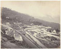 Samuel Bourne | Gezicht op een bergplaats in India, Samuel Bourne, 1865 - 1872 |