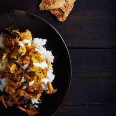 Kantarelli-masalacurryn valmistus aloitetaan kypsentämällä mausteet.