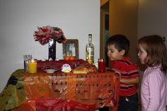 Día de muertos en México  El día de muertos, como se conoce popularmente, se practica en toda la República Mexicana y se conforma de dos fechas importantes:  El 1º de noviembre que es el Día de todos los santos, dedicado a los niños fallecidos, Y el 2 de noviembre que es el Día de los fieles difuntos, dedicado a los adultos. Cake, Desserts, Food, Saints, Important Dates, November 2, Pie Cake, Tailgate Desserts, Pastel