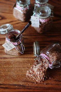 This homemade bacon salt is the perfect gift! It is so easy to make, all you need is salt and bacon and a few spice jars to store the salt in. And if you're wondering what you use bacon salt on, th… Diy Food Gifts, Edible Gifts, Homemade Spices, Homemade Seasonings, Homemade Food, Quarks Und Co, Bacon Recipes, Cooking Recipes, All You Need Is