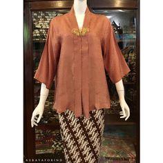 NEW!! Recommend 😍 . Kartini Line A Ukuran XL (102) Lengan 3/4 Idr. 180.000 Kebaya Lace, Kebaya Brokat, Batik Kebaya, Kebaya Dress, Kebaya Encim Modern, Modern Kebaya, Blouse Batik, Batik Dress, Batik Fashion
