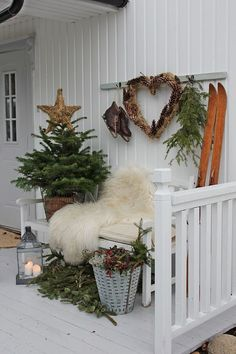 50 Lovely Winter Front Porch Decoration That Will Make Your … – Christmas Ideas Christmas Garden, Christmas Porch, Noel Christmas, Scandinavian Christmas, Country Christmas, Outdoor Christmas, All Things Christmas, Winter Christmas, Christmas Wreaths