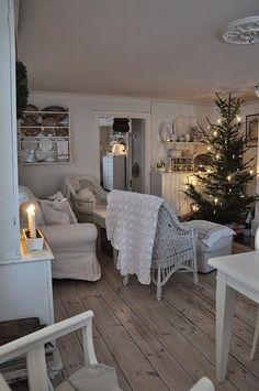 White Christmas home Swedish Christmas, Cottage Christmas, Shabby Chic Christmas, Christmas Love, Country Christmas, Winter Christmas, Cottage Shabby Chic, Vibeke Design, Christmas Interiors