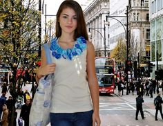 Camiseta bege,tamanho M ,modelo regata, com  aplicação  de flores azuis de organza e laço de fita beje  de cetim.  Aceitamos encomendas em outros tamanhos e cores! R$55,00