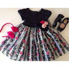 . OUTONO/INVERNO 2016 . Bom dia com #flores para #florescer a sua segunda-feira . Vestido rico em detalhes e muita sofisticação  #ootd #trend #chique #look #lookgirl #lookdodia #vestido #dress #encanto #miniblogger #lançamento #flores #elegance #baby #tendência #coleção #instababy #instamoda #likes #meninas #like #fashiongirl #roses #acessórios #fashion #laço . Todas as novidades via SNAPCHAT: mashmalow_gyn .  Vestido: 1 a 4 anos Tiara: tamanho único  . WHATSAPP (62) 9136-6235 TELEGRAM (62)…