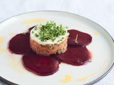 Lachs-Tartar auf Rote-Bete-Carpaccio und Wasabi-Creme