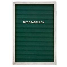 Trappregister med rostfri stålram och grön filt. Plats för 15-20 rader text.