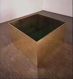 Donald Judd (1928 - 1994) Sans titre 1978 Laiton et Plexiglas teinté vert sur plaque de fond en aluminium peint 91 x 152,5 x 152,3 cm Poids : 800 kg