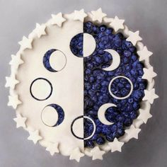 There are some who scoff at creating a pie for dessert with puff pastry. Blueberry pie is just one of my favourite desserts. Whenever your easy blueberry pie is completed, it has to rest until it's about room temperature. Just Desserts, Delicious Desserts, Dessert Recipes, Yummy Food, Moon Pies, Pie Crust Designs, Pies Art, Let Them Eat Cake, Food Art