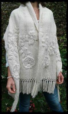 Manta Rosas natural bordada en tonos naturales - Tax Tutorial and Ideas Embroidery Scarf, Embroidery On Clothes, Embroidered Clothes, Embroidery Fashion, Embroidery Stitches, Embroidery Patterns, Hand Embroidery, Knitting Patterns, Crochet Patterns