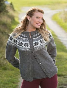 Via Ravelry: Oleakofta Av Berit Ramsland, Gratis Vikingoppskrift. Passer Til Mini Alpakka Eller Sisu. Ladies Cardigan Knitting Patterns, Knit Cardigan Pattern, Knitting Patterns Free, Free Pattern, Viking Designs, Cardigan Design, Nordic Sweater, Icelandic Sweaters, Fair Isle Pattern