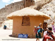 Hombres y mujeres de Pisac, vestidos con tejidos propios de la zona.  Cusco, Perú