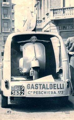 Vespa - The Vespa transporter of Gasteldelli at Peschiera Vespa Ape, Piaggio Vespa, Moto Scooter, Lambretta Scooter, Vintage Vespa, Vintage Italy, Chevrolet Camaro, Corvette, Vespa Motor Scooters