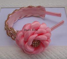 Tiara feita com manta de strass, revestida internamente com feltro, flor de cetim com organza, super confortável, leve, pode ser feita em outras cores também.