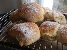 Nybakat till frukost Jag har kikat runt lite efter bröd som är enkelt att göra och som går att kalljäsa över natten så att man som mest bara behöver baka ut och grädda brödet på morgonen. Jag hitta…