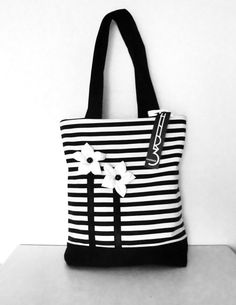 Beautiful shopper in a striped look. Flowers were made individually by hand … – Bag Ideas Patchwork Bags, Quilted Bag, Bag Quilt, Denim Tote Bags, Diy Purse, Handmade Purses, Bag Patterns To Sew, Simple Bags, Fabric Bags