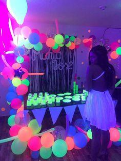 anniversaire fluo 18th Birthday Party Themes, 16th Birthday Decorations, Neon Birthday, Sleepover Birthday Parties, Birthday Party For Teens, Birthday Ideas, Glow Party Decorations, Sweet 16 Party Themes, Summer