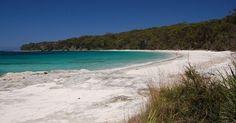 Praia Murrays, banhada por águas cristalinas, tem areia fina cor de neve. Fica na baía de Jervis, onde há o Parque Nacional da Baía de Jervis, estado de Nova Gales do Sul, Austrália. A baía de Jervis é um dos lugares mais perfeitos da Terra para se desligar do mundo dos homens e entrar num contato intenso com a natureza.  Fotografia: Aidan Casey / Creative Commons…