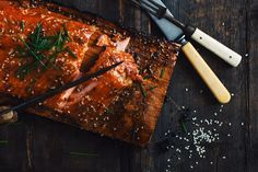 Forget the time when you use to buy your marinades at the grocery store!Pimp your salmon with this amazing homemade teriyaki sauce that is clearly one of Trout Recipes, Salmon Recipes, Seafood Recipes, Cooking Recipes, Maple Syrup Salmon, Plank Salmon, Salmon Marinade, Confort Food, Kochen