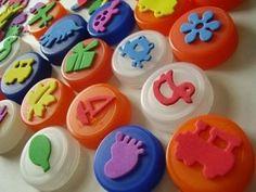 Sellos caseros con material reciclable. En tapones se pega un dibujo hecho con goma-eva que los niños podrán mojar en pintura y plasmarlos sobre un papel.