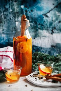 Glögg: Swedish mulled wine on apple, cinnamon, ginger and clementine. Cocktail Drinks, Alcoholic Drinks, Beverages, Clementine Recipes, European Cuisine, Christmas Cocktails, Mulled Wine, Wine Cheese, Christmas Baking