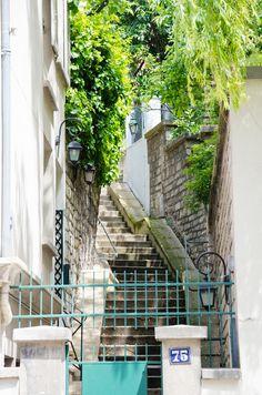Hameau des Artistes 75, rue Lepic Paris 75018. C'est privé alors, armez-vous de patience et d'un beau sourire...©GB