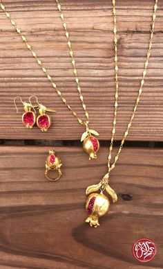 Gold Jewelry The Gypsy Pomegranate Collection is made of beautiful dyed-jade and gold-plated brass pieces, perfect for warm fall style. Body Jewelry, Jewelry Art, Jewelry Accessories, Fashion Accessories, Jewelry Design, Fashion Jewelry, Gold Jewellery, Ideas Joyería, Turquoise Jewelry