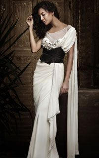 The styling on this simple white sari is gorgeous.might try and pull it off at a friends wedding coming up. Sari Design, Saree Gown, Look Short, Tarun Tahiliani, Indian Couture, Bridal Lehenga, Wedding Sarees, Wedding Dresses, International Fashion