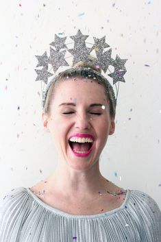 New Year's Eve star crown - Freude - Christmas Gifts New Year's Crafts, Holiday Crafts, How To Wear Headbands, Diy Crown, Silvester Party, New Years Decorations, Glitter Stars, Glitter Glue, Gold Glitter