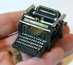 Superb miniature Underwood typewriter, created by Ken Byers of Shaker Works West. Incredibly detailed with over 80 pieces. Miniature Crafts, Miniature Houses, Miniature Food, Miniature Dolls, Underwood Typewriter, Crea Fimo, Cute Little Things, Small Things, Lovely Things