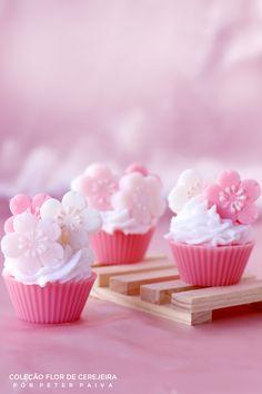 cupcakes da linha Flor de Cerejeira. Possui essência de Bulhões Flower, Flor de Cerejeira e Ambience. Com extrato de Gérmen de Trigo, manteiga de Karité e óleo de Pamiste.