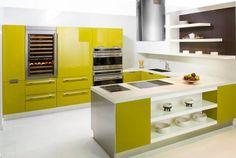 cocina, abierta, con isla para zona de cocción, muebles lacados en verde, gran mueble en un frente