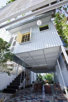 Affordable structure made from steel and metal sheets, resembling a shipping container on stilts. (a21studio)