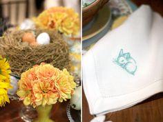 Páscoa - decoração de mesa de almoço alegre em amarelo - arranjo de dálias e ovos no ninho ( Flores: Lucia Milan )