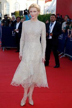 Kate Blanchett con vestido midi de encaje, de Armani Privé.