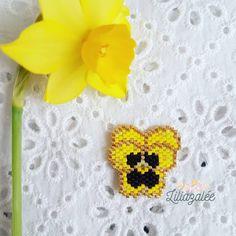Une petite fleur printanière pour une journée qui ne l'est pas...J'ai retissé ma pensée en jaune pour…