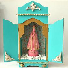 Oratório em MDF com santa em gesso. Pintados a mão!  Oratório Nossa Senhora Aparecida, 41cm de altura x 20cm largura x 11cm de profundidade. Personalize o seu escolhendo a(o) santa(o), as cores, o tecido e os adereços. Pedidos sob encomenda, peça já o seu!!