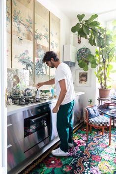 The Socialite Family | Chez Bruno Laurenzano #thesocialitefamily #lifestylemagazine #interiordesign #interiorinspiration #hometour #homedecor #milan #italianstyle #designinspo #milano #woolrug #tapisfloral #tapisfleurs #plants #green #kitchen #kitcheninspo #bialetti #cafeitalien #paravent #paraventjaponais