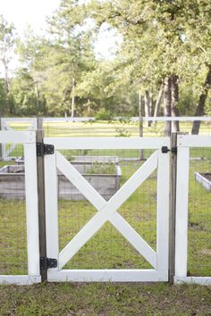 How to build a quick, easy, and affordable farmhouse style DIY garden fence that. - How to build a quick, easy, and affordable farmhouse style DIY garden fence that can be started fro - Diy Backyard Fence, Diy Garden Fence, Backyard Landscaping, Landscaping Ideas, Fenced In Backyard Ideas, Garden Gates And Fencing, Landscaping Borders, Luxury Landscaping, Corner Landscaping
