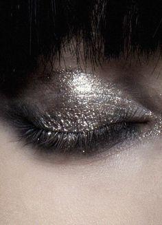 Silver eye make up Beauty Make Up, Hair Beauty, Festival Make Up, Glitter Make Up, Looks Chic, War Paint, Eye Make Up, Makeup Inspiration, Furniture Inspiration