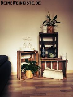 – Von Stefanie und Michael aus Esslingen: Weinkisten-Regal mit Pflanz… – By Stefanie and Michael from Esslingen: Wine box shelf with plants as decoration in the living room 🙂 Wine Box Shelves, Crate Shelves, Plant Shelves, Crate Bookcase, Wine Boxes, Crate Storage, Game Room Kids, Game Room Basement, Crate Decor