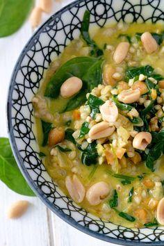 Glutenfrei und lecker kochen - Buchweizen ist absolut angesagt. Wie wäre es heute mal mit einem Rezept für eine Spinat-Buchweizen-Pfanne mit Erdnüsse?