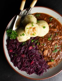 This hearty jackfruit goulash is one of my favorite comfort food with almost no difference to the tradtional hungarian version! Check out the recipe! Healthy Food Recipes, Crockpot Recipes, Vegan Recipes, Free Recipes, Vegetarian Meals, Vegan Dinners, Potato Fritters, Menu Dieta, The Best