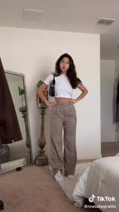 Korean Casual Outfits, Cute Casual Outfits, Stylish Outfits, Korean Spring Outfits, Patterned Pants Outfit, Plaid Pants Outfit, Floral Pants Outfit, Cute Pants Outfits, Uni Outfits