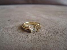 Anel de falange em metal dourado em formato de borboleta, com aplicação de strass branco.  Tamanho PP R$20,00