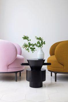 """Aufrunden, bitte! """"Vuelta Lounge Chairs"""" aus dem Wittmann Hayon Workshop. (Foto: Wittmann)"""